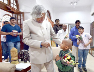 New Delhi : Former President APJ Abdul Kalam with super kid Kautilya Pandit at his residence in New Delhi on Friday. PTI Photo by Vijay Verma(PTI7_18_2014_000082B)